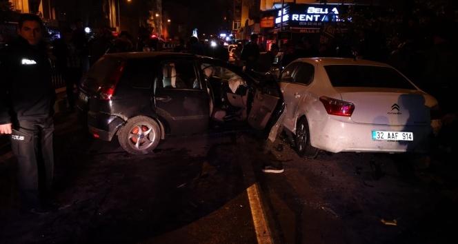 Kontrolden çıkan otomobil dehşet saçtı: 1'i ağır, 4 yaralı