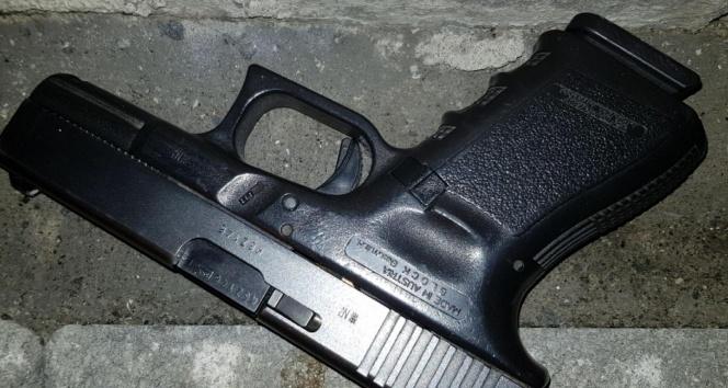 Polisi görüp silahı atınca kovalamaca sonucu yakalandı