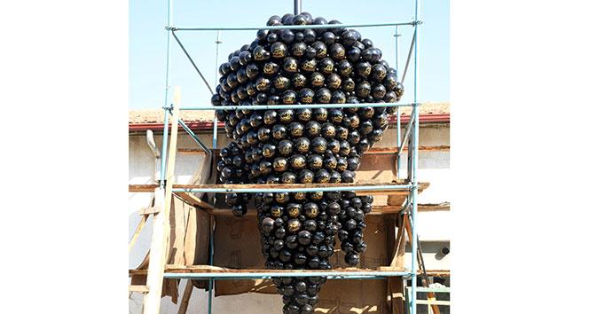 Isparta'ya üzerinde Esma-ül Hüsna bulunan 3 bin 500 taneli dev üzüm salkımı