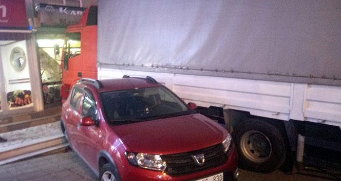 Beykoz'da freni boşalan kamyon ortalığı savaş alanına çevirdi