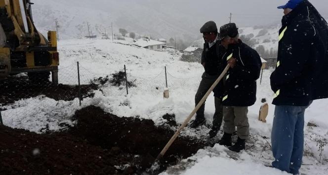 Köylüler mezar açamayınca özel idare ekipleri devreye girdi
