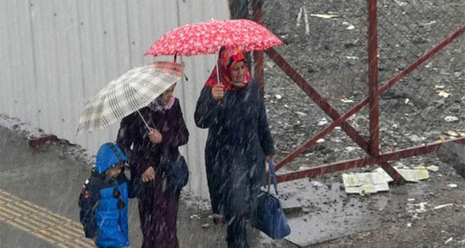 Kars merkeze mevsimin ilk karı yağdı