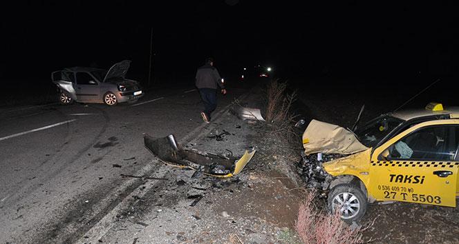 Ticari taksi ile otomobil çarpıştı: 3 yaralı...