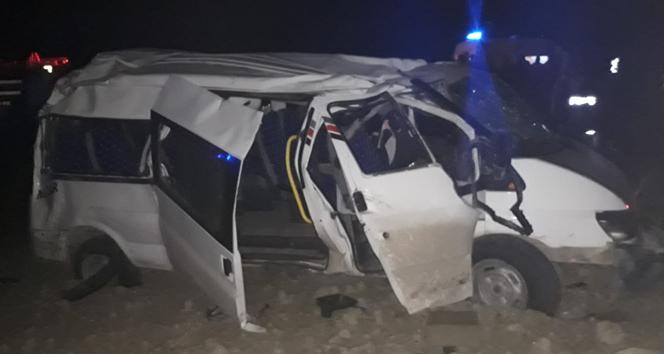 Hatay'da tarım işçilerini taşıyan minibüs şarampole uçtu: 12 yaralı