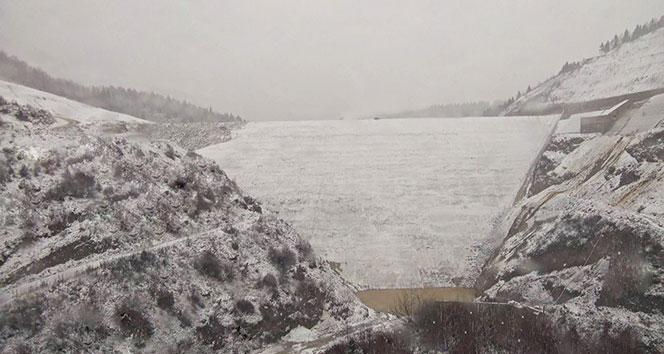 Akçay Barajı beyaza büründü