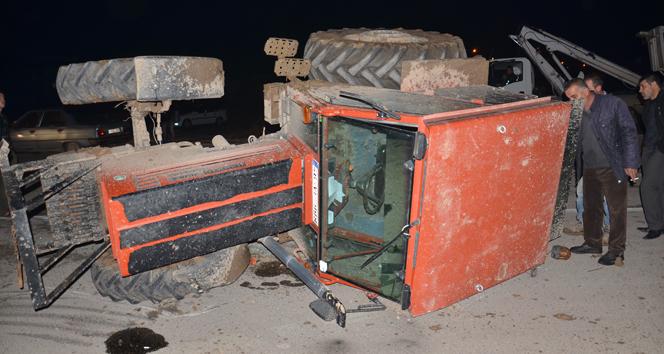 Otomobille çarpışan traktör devrildi: 1 yaralı