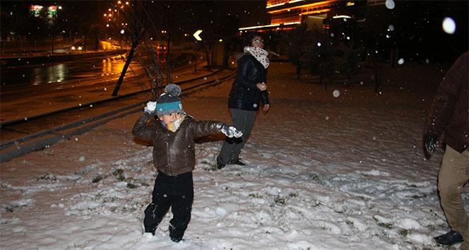 Mevsimin ilk karı yağdı, Ankaralılar, soluğu parklarda aldı