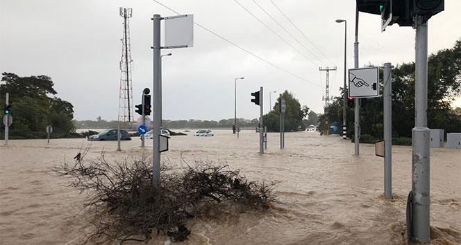 İsrail'de sel hayatı felç etti