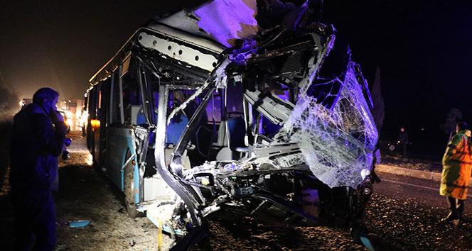 Diyarbakır'da yolcu otobüsü kum yüklü kamyona çarptı