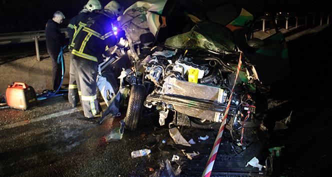 Kütahya'da otomobil kamyona çarptı: 1 ölü, 2 yaralı
