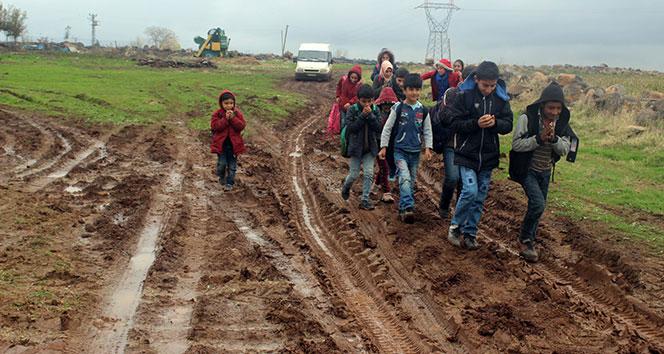 Çamurlu yollarda eşek sırtında okula gitmeye çalışıyorlar
