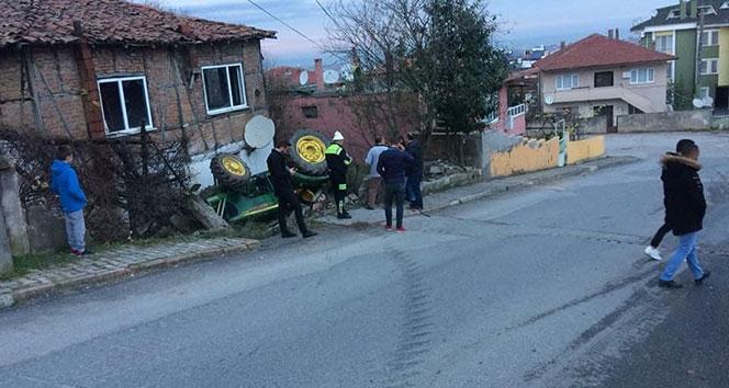 Sakarya'da traktör devrildi: 2 yaralı