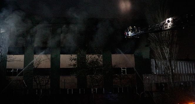 Maltepe'de plastik fabrikası alev alev yandı