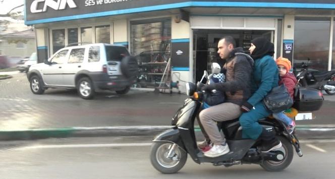 Motosiklet üzerinde tehlikeli yolculuk! 2'si çocuk 4 kişi...