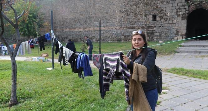 Çocukların üşümemesi için askıda elbise kampanyası başlattılar