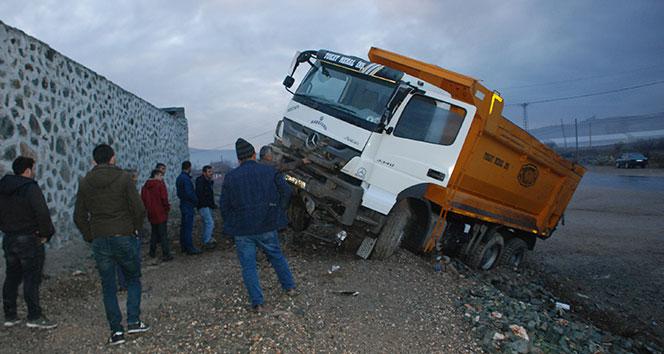 Kaza yapan hafriyat kamyon duvara metreler kala durdu