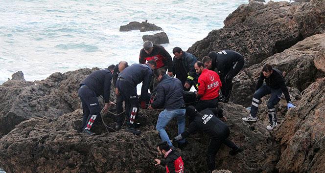 Emekli doktor denize düşen oltasını almak isterken boğuldu