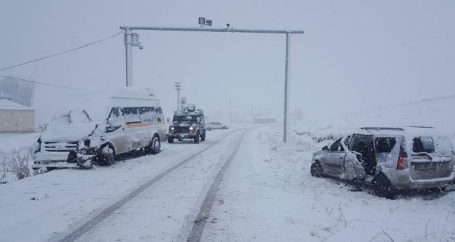 Ağrı'da trafik kazası: 23 yaralı