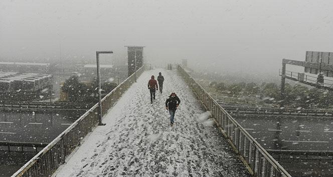 Beylikdüzü'nde bastıran kar yağışı havadan görüntülendi