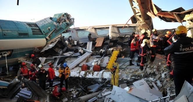 Ankara'da tren kazası! İki tren çarpıştı, üst geçit çöktü