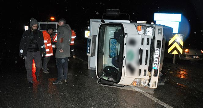 Kayganlaşan yolda kamyonet devrildi: 1 yaralı