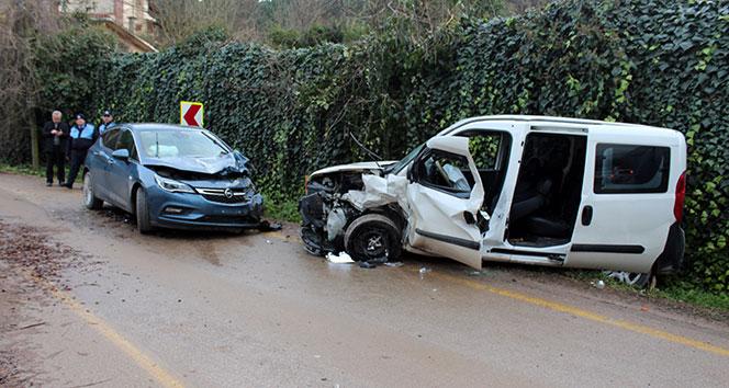 Otomobil hafif ticari araçla kafa kafaya çarpıştı: 6 yaralı