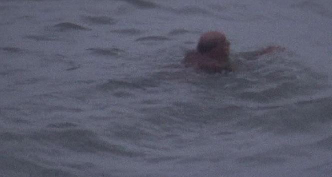 Şiddetli yağış uyarısına aldırmadan deniz keyfi yaptı