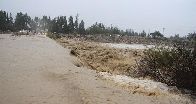 Antalya'da kuvvetli yağış! Seraları su bastı