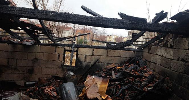 Sönmeyen kova odunluk ve mutfağı yaktı