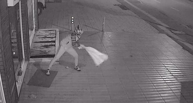 Hırsızı canından bezdiren kırılmayan kapı güvenlik kamerasında