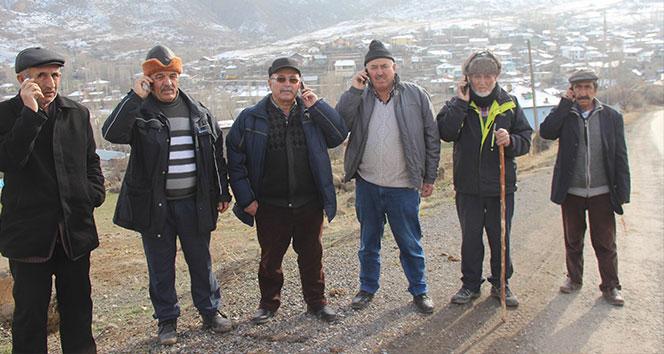 Dünya ile iletişim kurmak için 1.5 kilometre yürümek zorundalar