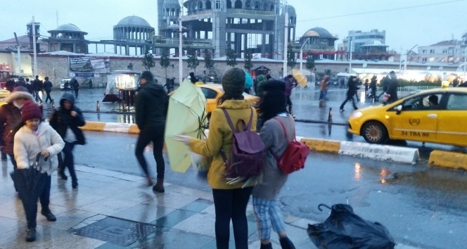 Taksim'de yağmur ve rüzgar vatandaşlar zor anlar yaşattı