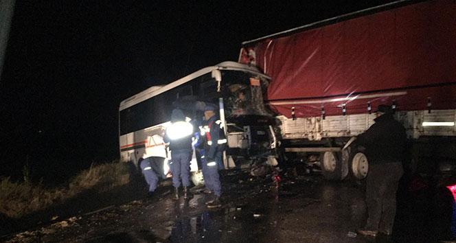Çanakkale'de öğrenci servisi ile kamyon çarpıştı: 15 yaralı