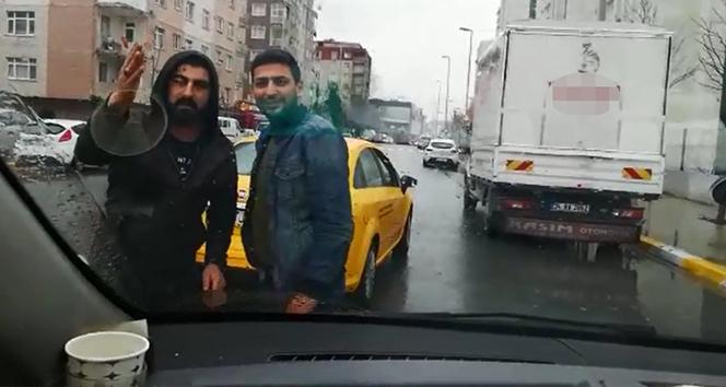Taksiciler UBER aracının önünü kesti
