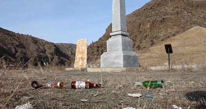 Şehit anıtını çöplüğe çevirdiler