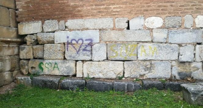 Tarihi surları spreyle boyadılar