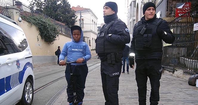 Polisler Güney Afrikalı çocuk için seferber oldu