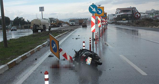 Motosiklet trafik uyarı levhasına çarptı