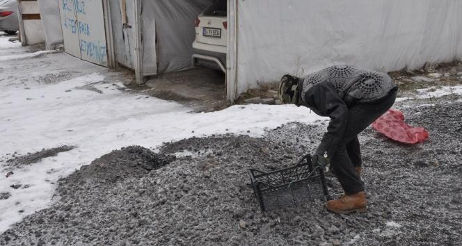 Dondurucu soğukta çocukların ekmek mücadelesi