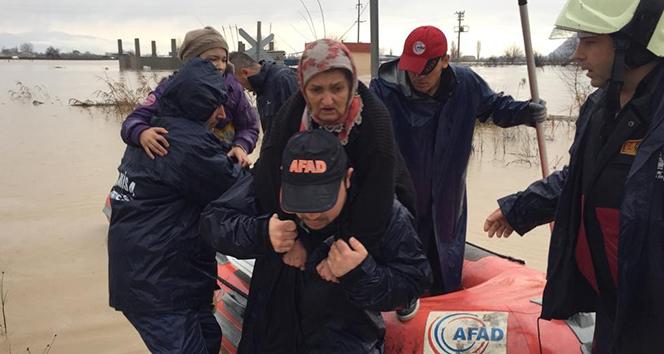 Manisa'da selde mahsur kalan vatandaşlar botla kurtarıldı