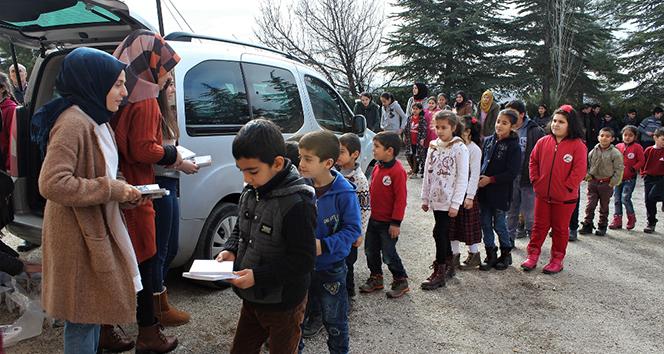 Üniversiteliler topladıkları kitapları köy okuluna bağışladı