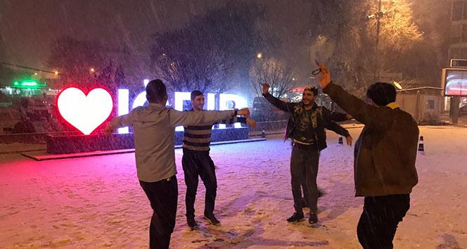 Kar yağdı vatandaş oynamaya başladı
