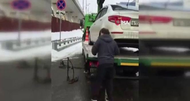 Rus sürücü aracını çekicinin üstünden kaçırdı