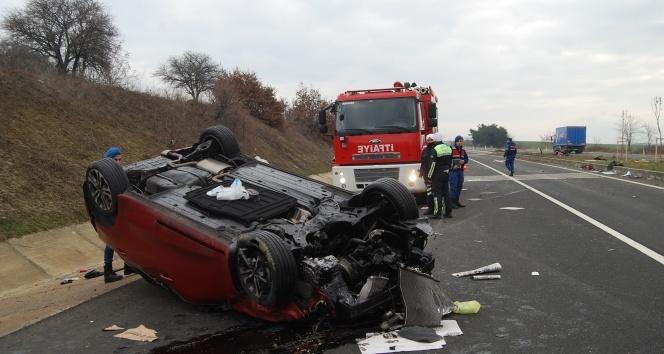 Refüje çarpan otomobil takla attı : 2 yaralı