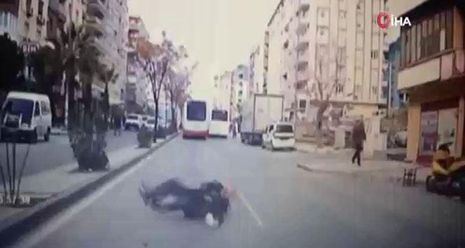 Karşıya geçerken aracın önüne düşen adam ölümden döndü