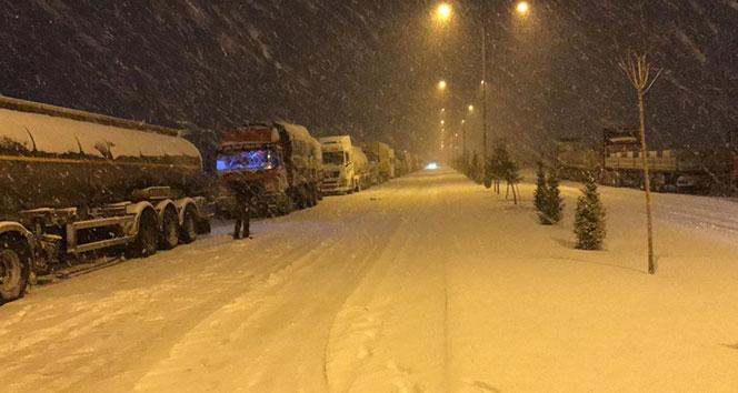 Afyonkarahisar'da bağlantı yolları kar ve tipi nedeniyle kapandı