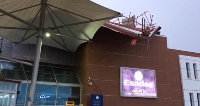 Fırtına otobüs terminalinin çatısını uçurdu