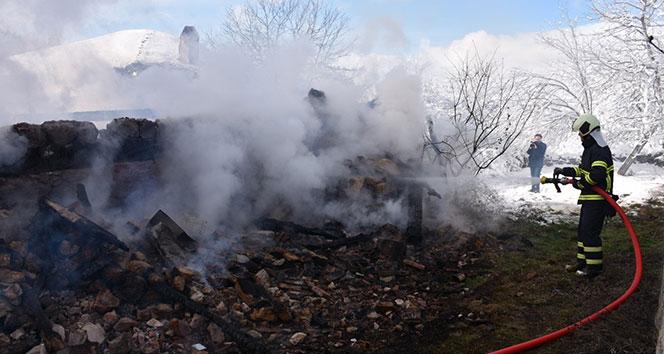 Safranbolu'da çıkan yangında 2 katlı ev alevlere teslim oldu