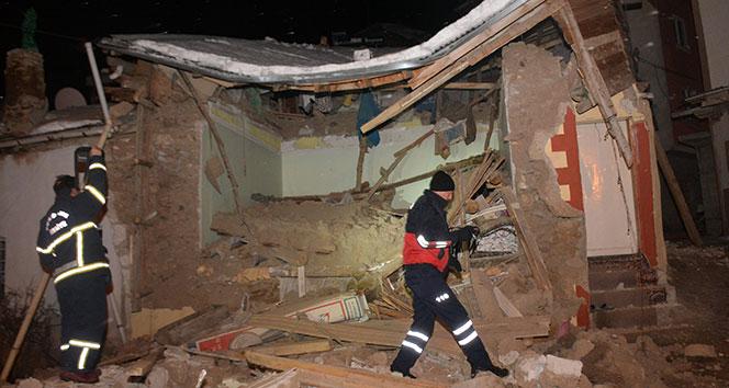 Mutfak tüpü patladı: Yaşlı kadın göçük altında kaldı