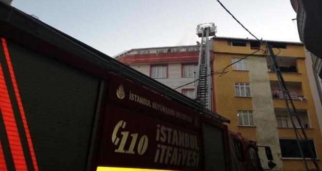 Çatıda çıkan yangın mahalleliyi sokağa döktü!